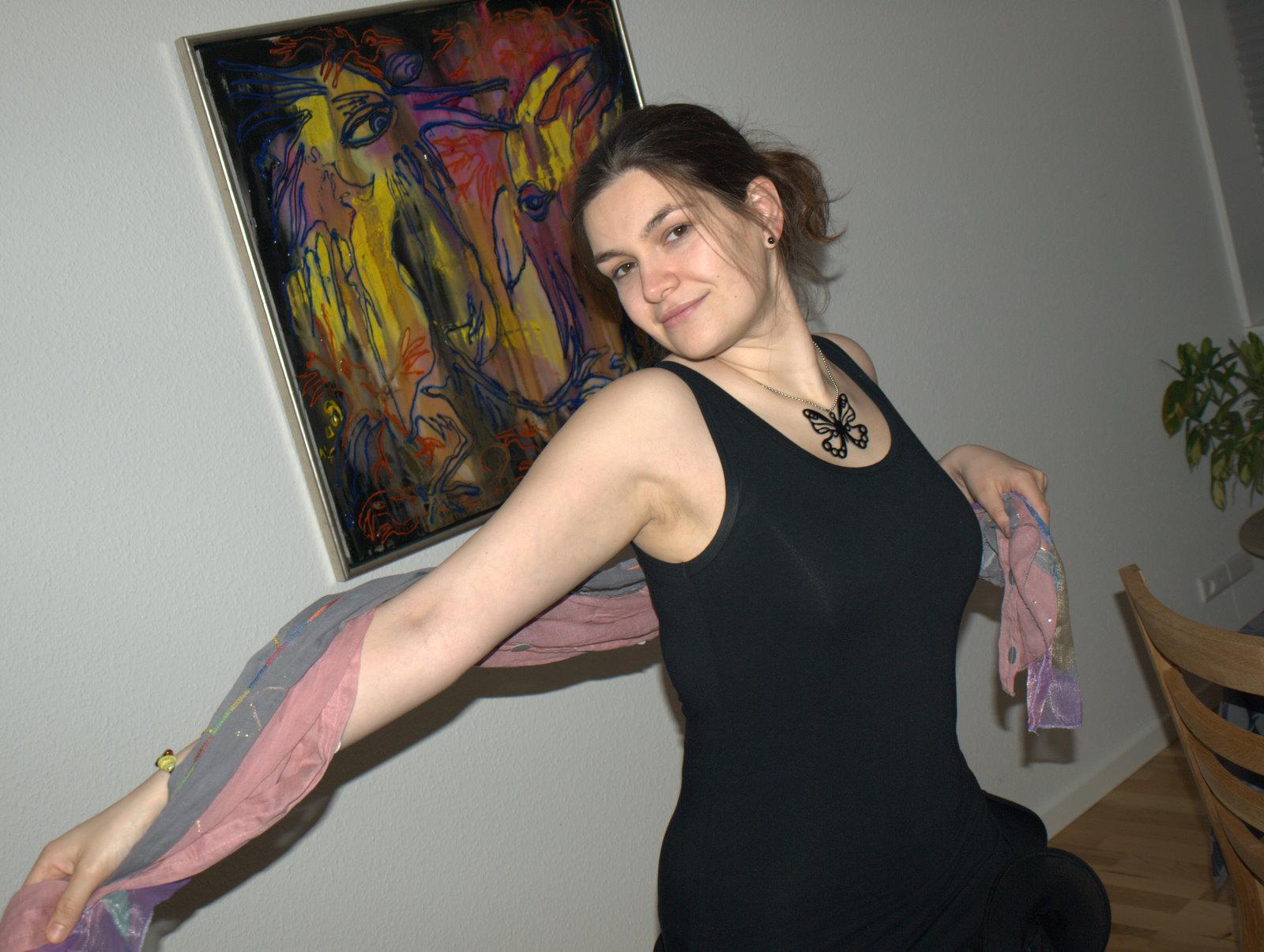 Her er jeg letdansende med min nye kjole og tørklæde og armkæde