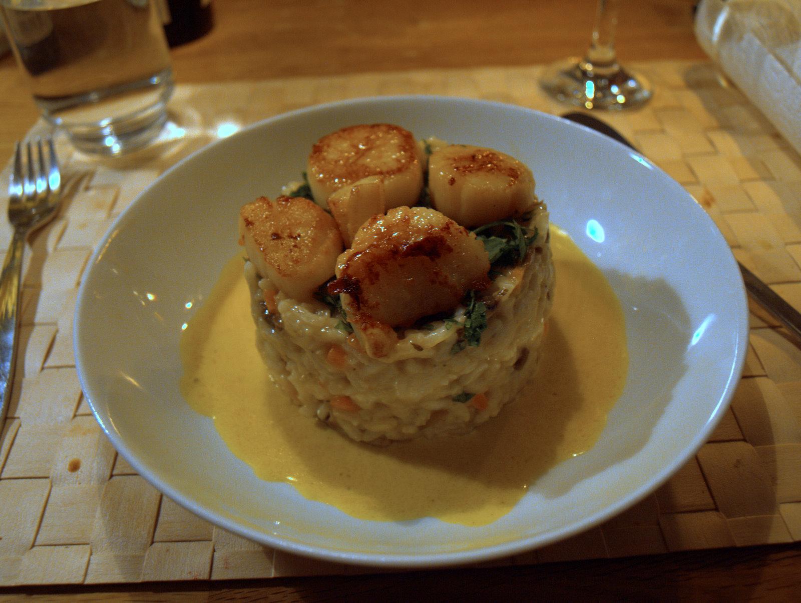 Risotto med grøntsager, stegte kammuslinger og karrysauce