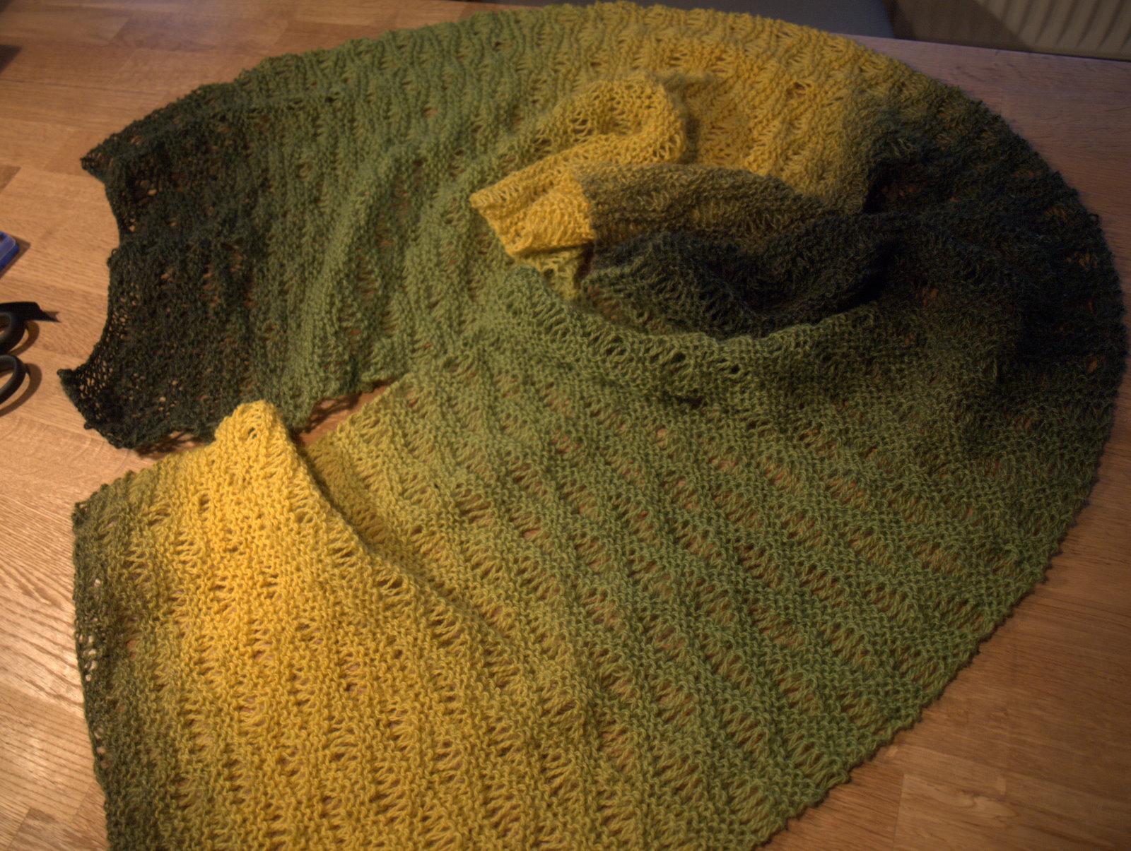 Bølgemønstret tørklæde af kauni med skiftefarve