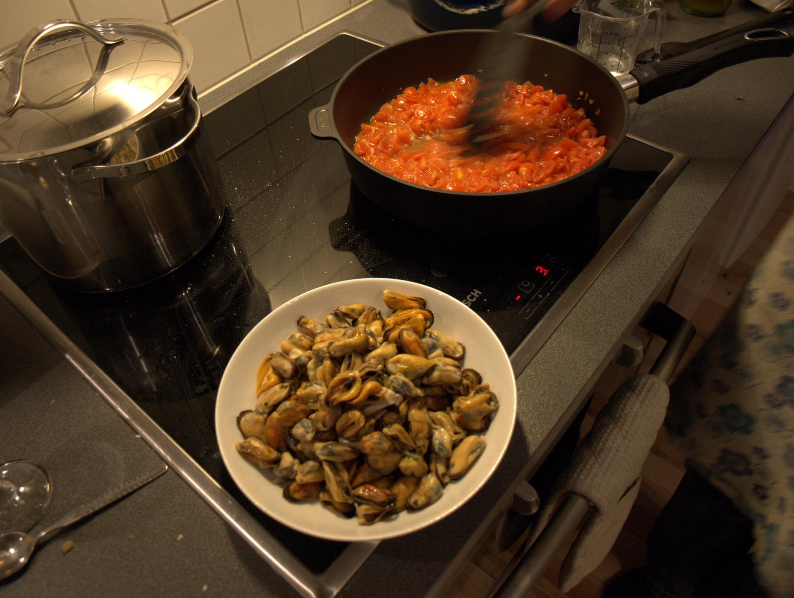 Tomatsaucen laves. Her er alle muslinger pillet ud af deres skaller.