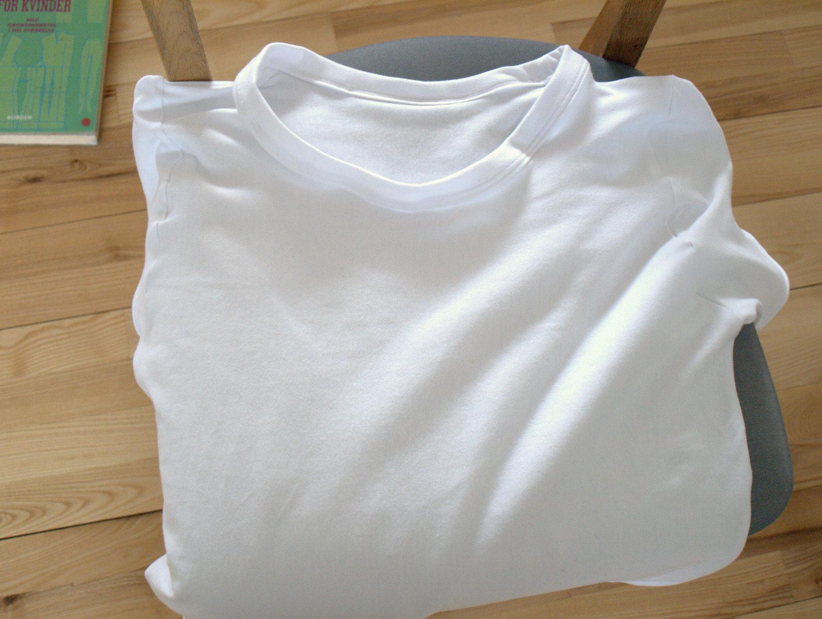 En simpel, hvid t-shirt til Anders, som desværre fik for stor udskæring