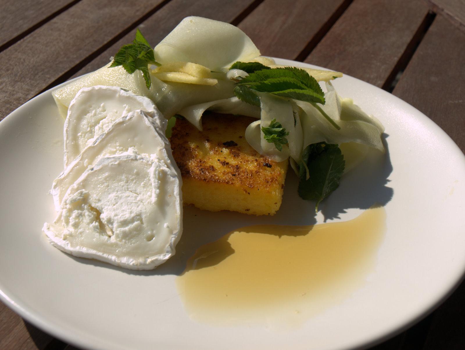 En lille frokost med polenta og gedeost
