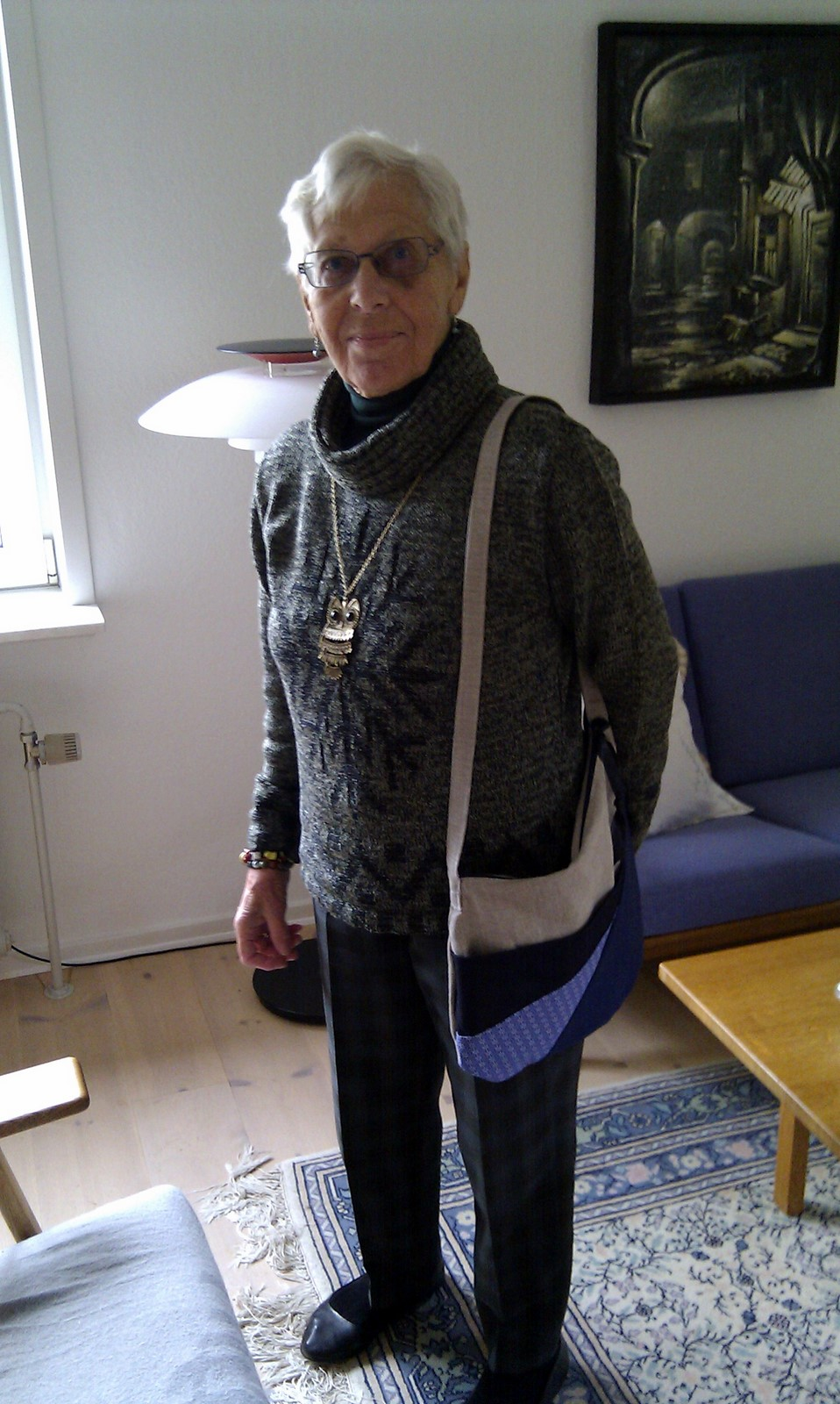 Glad svigermormor med sin nye taske