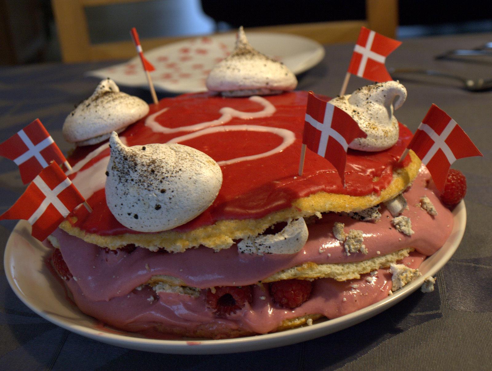 En rigtig tøsekage - hindbærlagkage med lakridsmarengs.