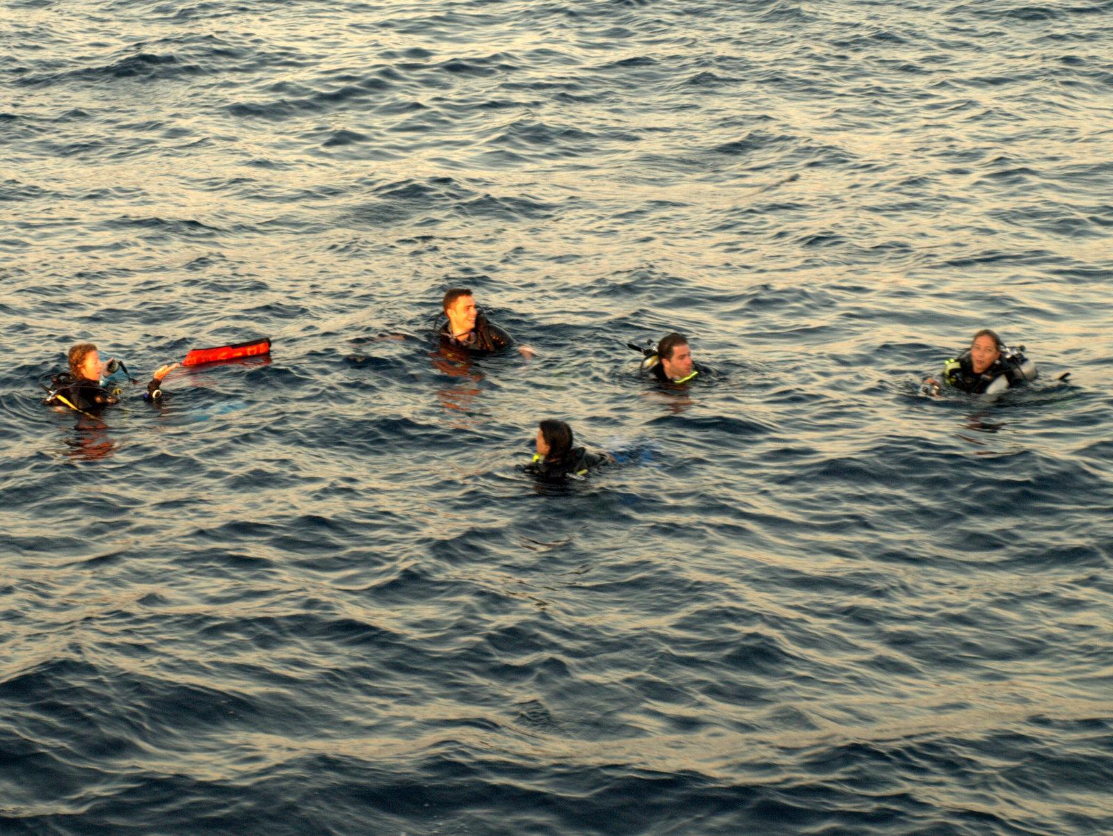 Dykker inkl. Anders, der er kommet til overfladen efter endt dyk