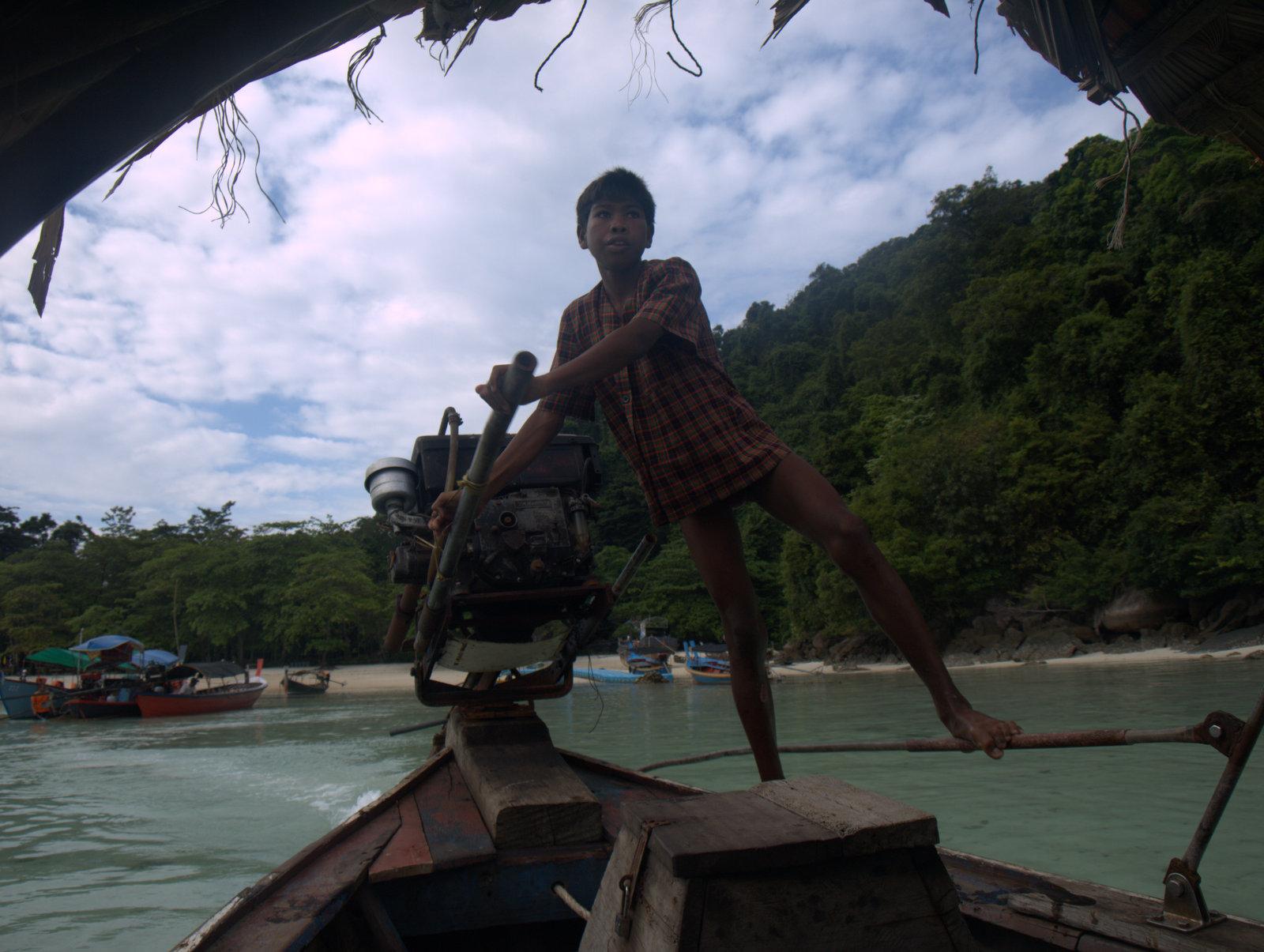 Ung thaidreng med åbent hul i ben - det heler langsomt hernede